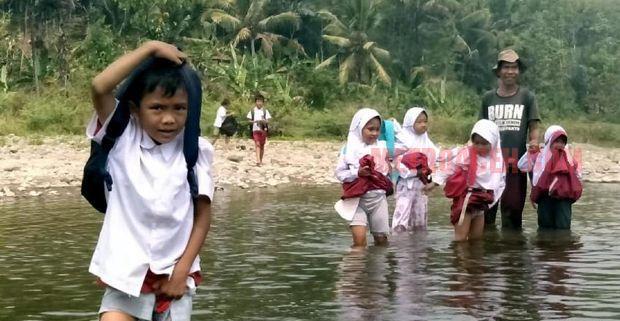 Miris…! Demi Sekolah, Pelajar Sukabumi Nekat Terobos Sungai