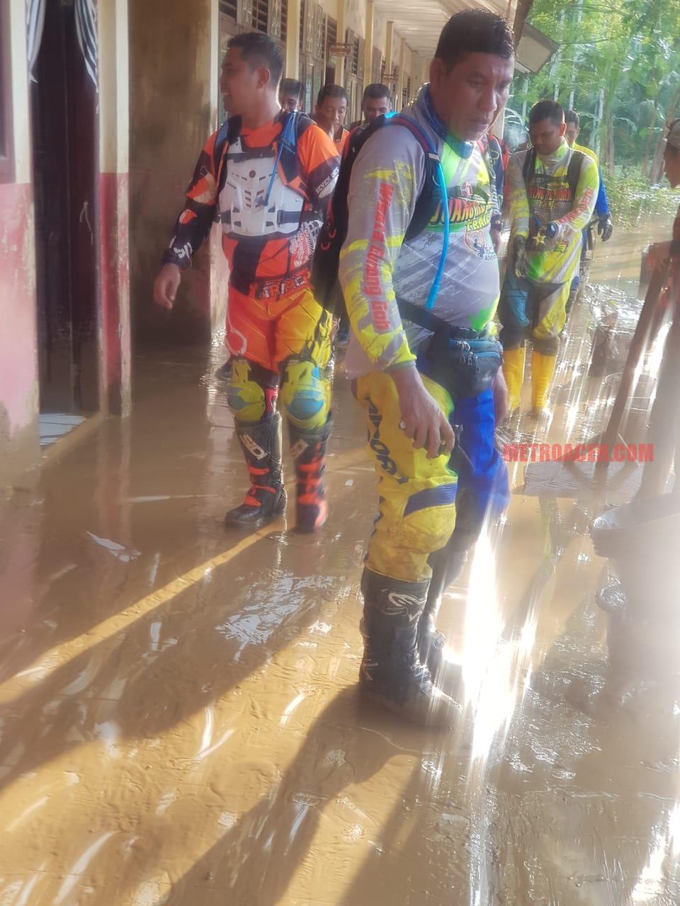 Polisi Bersihkan Genangan Lumpur Sekolah