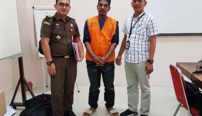 Tersangka Edi Saputra (43) diserahkan ke JPU Kejati Aceh, Rabu (31/7)